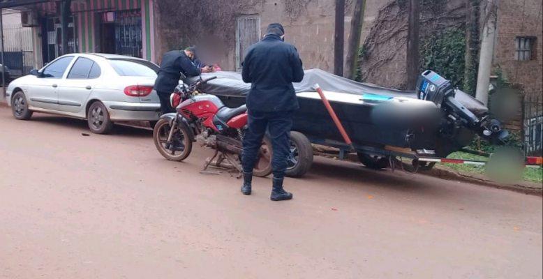 Motociclista ebrio chocó contra un tráiler cargado con unalancha
