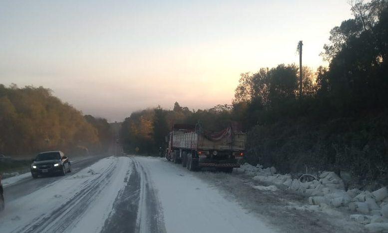 Un camión perdió su carga de harina en laruta