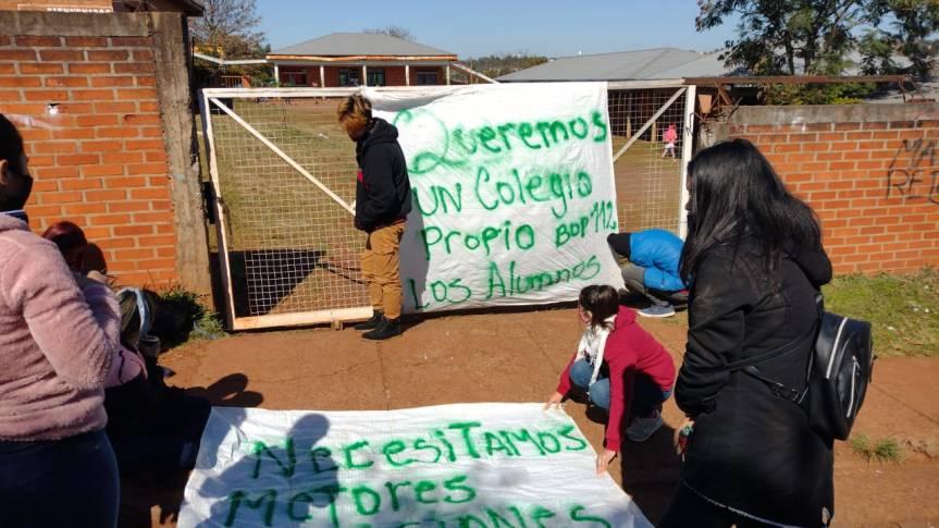 Padres, docentes y alumnos protestan reclamando un nuevo edificio para el Bop 112 de SanMiguel