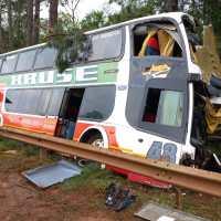 La rotura del neumático y el impacto contra pinos dejó tres muertos incluyendo el chofer