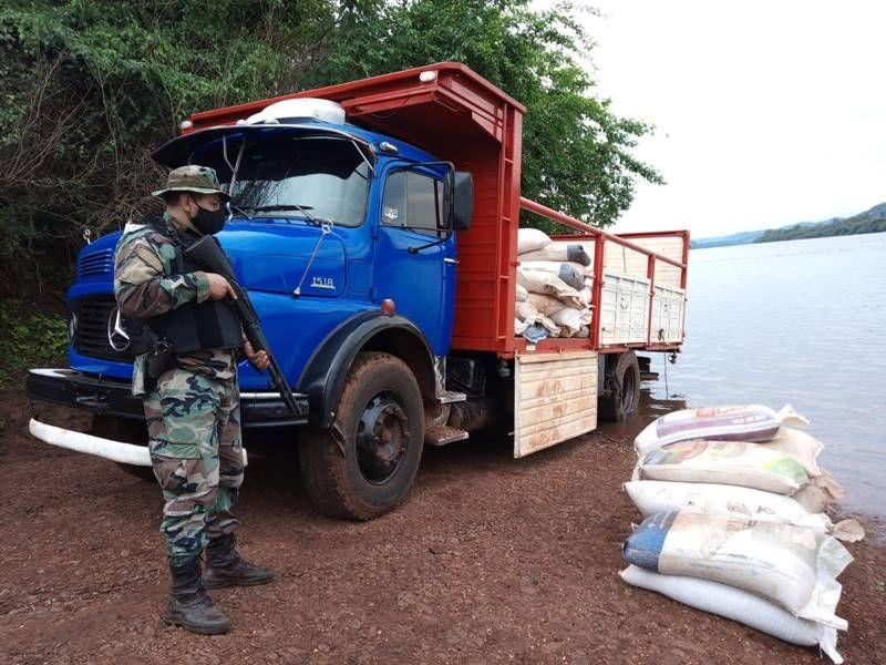 interceptaron ocho toneladas de soja en la costa delrío