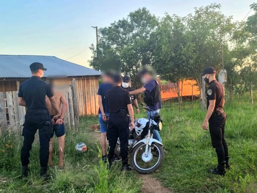 Policías encubiertos detuvieron a dos jóvenes y recuperaron una motorobada
