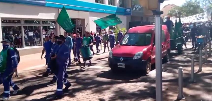 Municipales iniciaron un paro y movilización por reclamossalariales